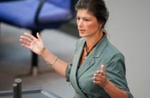 """Активист бросил торт в лицо главе фракции """"левых"""" в Бундестаге (Видео)"""