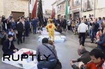 В Испании прошел фестиваль прыжков через младенцев (Видео)