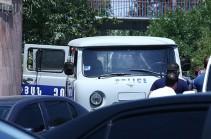 Լրագրողներին ոստիկանական մեքենաներով տարան ՊՊԾ գնդի տարածք