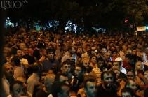 Նիկոլ Փաշինյանը Խորենացի փողոցում հավաքված մարդկանց տեղեկացրեց, որ ժամը 21:00-ին ելույթ է ունենալու