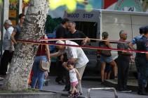 Քաղաքացիներն առավոտից սնունդ են բերում Խորենացի փողոց ու փորձում այն փոխանցել ՊՊԾ գնդում գտնվողներին