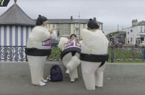 В Ирландии прошел забег «надувных сумоистов» (Видео)