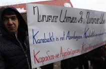 У здания посольства Беларуси в Армении прошла акция в поддержку блогера Лапшина
