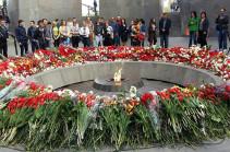 Հայոց ցեղասպանության 102-րդ տարելիցն է. Ծիծեռնակաբերդն առավոտից մարդաշատ է (Լուսանկարներ)