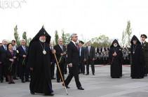 Նախագահը Հայաստանի բարձրաստիճան պաշտոնյաների ուղեկցությամբ Ծիծեռնակաբերդում հարգանքի տուրք մատուցեց