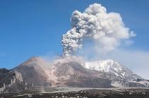 На Камчатке вулкан Шивелуч выбросил столб пепла на высоту шести километров