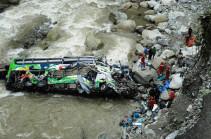 В Индии автобус с паломниками упал в реку, 22 погибших