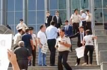 В Баку призывают разбить бутылки о головы армянских депутатов и протестуют против их визита