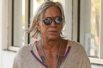 65-летний Микки Рурк засветил свой парик. Фото