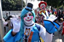 Մեքսիկացի ծաղրածուներն անցնող տարին ավարտում են ուխտագնացությամբ (Տեսանյութ)