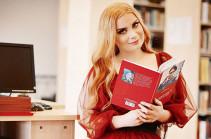 Ադրբեջանցի զինծառայող մոդելը գիրք է գրել «անթերի նախարար» և «առաջնորդող աստղ» Զաքիր Հասանովի մասին (Լուսանկարներ)