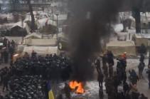 Под стенами Верховной Рады произошел конфликт между протестующими и силовиками (Видео)