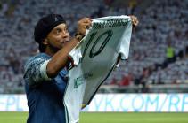 Роналдиньо завершил карьеру футболиста (Видео)