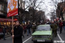 В Ереване проходит шествие против роста цен. Символ шествия – характеризующий экономику Армении автомобиль прошлого века ВАЗ - 2101 «Жигули»