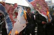 Демонстранты сожгли в Сеуле флаг КНДР в знак протеста против ее участия в Олимпиаде