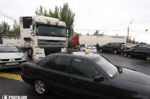 Երեք խոշոր բեռնատար, Նիկոլ Փաշինյանն ու ցուցարարները փակել են Կիևյան կամուրջը