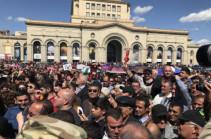 Пашинян и его сторонники проводят шествие в мемориал памяти жертв Геноцида армян (Фото)