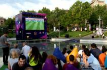 Ֆուտբոլի աշխարհի առաջնության հանդիպումները հեռարձակվում են նաև Կարապի լճում տեղակայված մեծ էկրանից