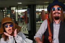 Кристина Агилера в парике и шляпе выступила в метро (Видео)