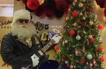 Жаркое Рождество с рок-н-ролльным Сантой (Видео)