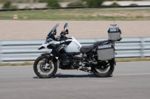 Беспилотный мотоцикл BMW едет по треку