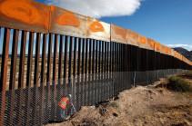 Мигранты прорвали стену около границы с Мексикой