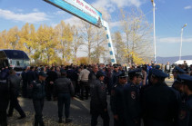 Relatives of detained police officers close Yerevan-Sevan road demanding their release, open after explanatory works