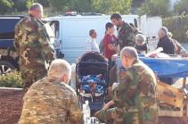 ԼՂՀ նախագահն ու ՊԲ հրամանատարը զբաղեցնում են սայլակի մեջ գտնվող երեխային. Լուսանկար