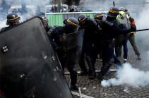 Макрон прокомментировал протесты против повышения цен на бензин