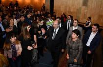 Նախագահ Արմեն Սարգսյանը Գյումրիում ներկա է գտնվել «Հարսանիք թիկունքում» ներկայացմանը (Լուսանկարներ)