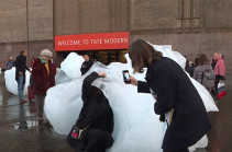 Ледяная инсталляция в Лондоне - способ привлечь внимание к проблеме климатических изменений (Видео)