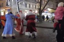 В Одессе устроили драку два Деда Мороза