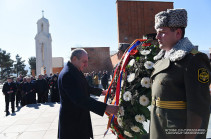 Бако Саакян возложил венок к могиле Артура Мкртчяна