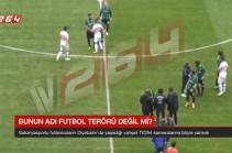 Թուրքիայում ֆուտբոլիստը սկսել է կտրատել հակառակորդներին հենց խաղադաշտում (Տեսանյութ)