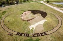 Художник «нарисовал» портрет претендента на пост главы Белого дома размером с футбольное поле (Видео)