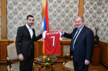 Henrikh Mkhitaryan presents shirt with his name to Armenia's President