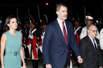 Прибывший в Аргентину король Испании час не мог выйти из самолета