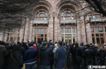 Protest action in support of dismissed Opera Academic Theatre director continues in front of Government building: seven participants meet with PM