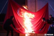 Ազատության հրապարակում Ջահերով երթից առաջ այրեցին Թուրքիայի դրոշը (Տեսանյութ)