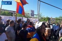Արցախի նախագահների՝ դատարան ժամանելուց հետո, ընդդեմ Քոչարյանի ազատ արձակման բողոքի ցույցի մասնակիցների թիվը մեծացավ (Լուսանկարներ)