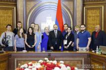 Премьер-министр Армении провел встречу с представителями ряда ведущих российских СМИ