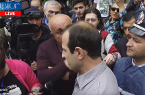 ՍԴ մուտքի մոտ լարված իրավիճակ է, ոստիկանները հրելով տարածքից հեռացրին փաստաբան Գեղամ Սիմոնյանին