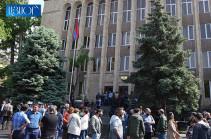Ժամը 10:00-ի դրությամբ վարչապետի կոչին արձագանքել է մոտ 1100 մարդ, բոլոր դատարանների մուտքերը փակ են