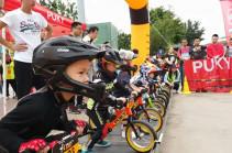 Дети-гонщики на беговелах (Видео)