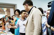 Զելենսկուն նվիրել են «Քաղաքականությունն սկսնակների համար» գիրքը  (Տեսանյութ)