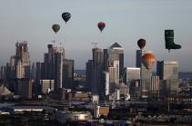 Լոնդոնի երկինքը տասնյակ օդապարիկներ են զարդարել (Տեսանյութ)