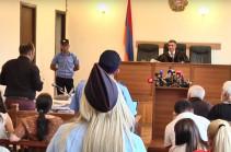 Չլսելով Քոչարյանի պաշտպանների առարկությունները՝ դատավոր Դանիելյանը հեռացավ խորհրդակցական սենյակ