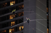 Брат и сестра Валленда прошли по канату между небоскребами над Таймс-сквер (Видео)