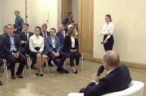 Студентка упала в обморок на встрече с Путиным (Видео)