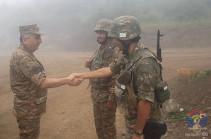 Командующий Армией обороны Арцаха побывал на передовой и ряде воинских частях